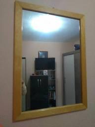 Ótimo espelho com moldura de madeira