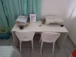 Mini escrivaninha projetada para infantil acvompanhacdyas cadeirinhas