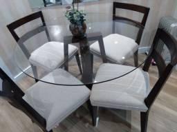 Mesa com cadeiras em madeira maciça