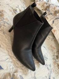 Sapatos, botas e tênis conservadíssimos 37