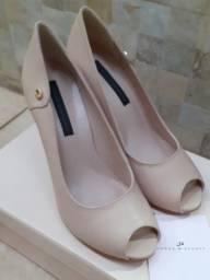 Sapato peep toe nude em couro Jorge Bischoff