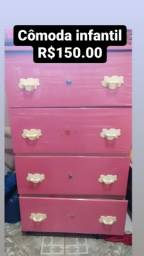Cômoda infantil rosa.