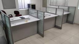 3 mesas de escritório com divisórias