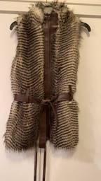 colete feminino de pele com detalhes em couro marrom. tamanho pequeno
