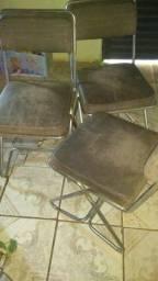Mesa de vidro com três cadeiras e outra no mdf com giratório