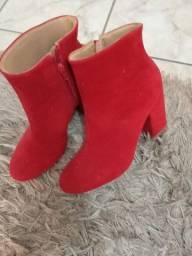 Vendo esses dois pares de bota a vermelha usada apenas uma vez a outra novinha