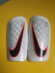Caneleira pra futebol Nike mercurial Lite