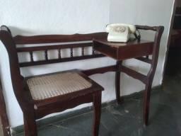 Mesa de telefone antiga e telefone antigo.