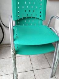 Cadeira com braços  base cinza / assento e encosto preto