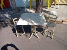 Mesa de mármore com duas banquetas