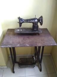Máquina de costura e pé