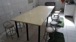 Mesa de refeitório grande com 10 banquetas