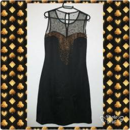 Lindo vestido preto com detalhes dourado.