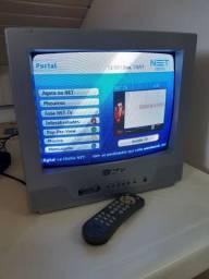 """TV 14"""" Philco funcionando com controle remoto."""