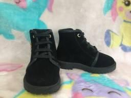 Sapatos infantis em ótimo estado de conservação