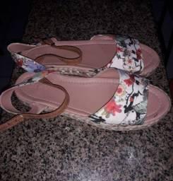 Sandália é sapatos semi novos.