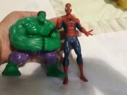 Bonecos Hulk e Homem Aranha