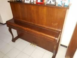 Piano Antigo usado, desafinado com algumas marcas de uso.