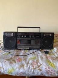 Rádio antigo vintage retro com toca fitas