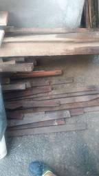 Vende se telhas e madeira.