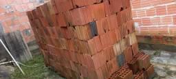 Aproxidamente 800 tijolos