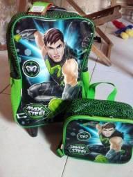 Uma mochila de rodinha e uma mochilinha lancheira
