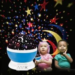 Luminária Abajur Giratória Projetor de Estrelas e Lua Coloridas / Ilumina Parede e Teto