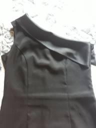 Vestido preto com uma alça de seda.