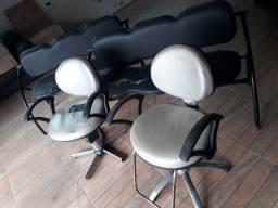 Duas cadeiras e duas longarinas para cabeleireiro