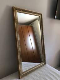 Espelho com moldura dourada envelhecida.