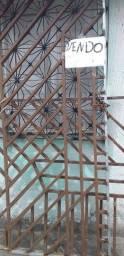 1 portão de metalon e uma grande de janela