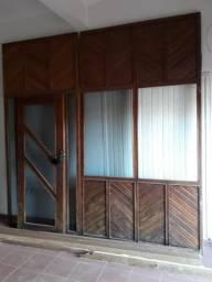 Vendo uma frente de loja com janelas de vidro e porta