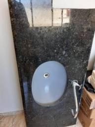 Pia de banheiro com torneira e vaso