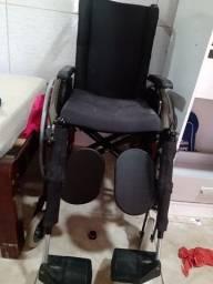 Cadeira de rodas com encosto de cabeça