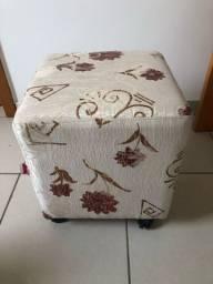 Puf quadrado de tecido com rodinh