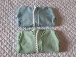 Dois casaquinhos para bebê