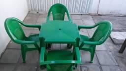 Mesa de plástico com 4 cadeiras.