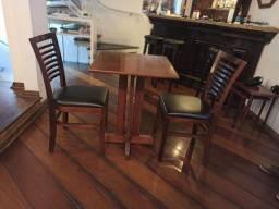 Jogo de mesa com 2 cadeiras usada para Restaurante