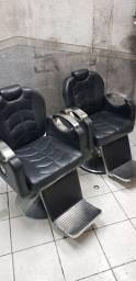 Cadeiras de barbeiro e bancadas