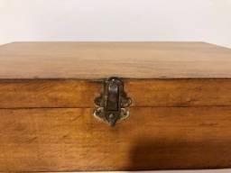 Vendo linda caixa de madeira! Antiguidade!
