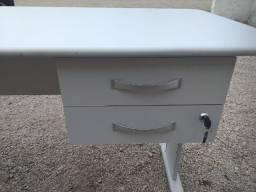 Escrivaninha para escritório, com 2 gavetas, cor cinza, bem ampla e resistente.