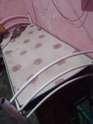 Vendo uma cama de solteiro bem conservada