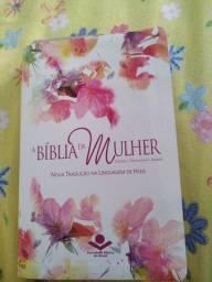 Vendo bíblia da mulher, linguagem de hoje