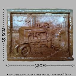 Quadro trator entalhado em madeira nobre