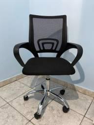 Cadeira de escritório giratória de tela diretor preta