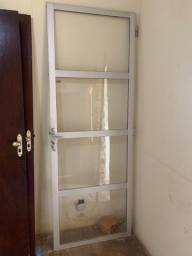 Porta e 4 janelas de alumínio usados
