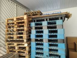 Paletes de plástico reforçado e madeira