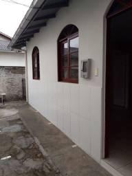 Alugo uma casa com um quarto sala cozinha banheiro ária de serviços