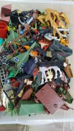Muitos brinquedos/soldados/aviões/bonecos