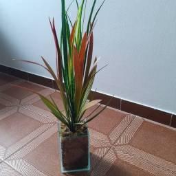 Vaso de vidro com planta artificial